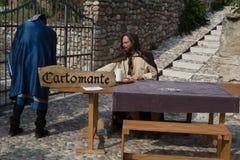Fortuinteller klaar om de toekomst en het presteren in het middeleeuws weer invoeren te lezen royalty-vrije stock foto