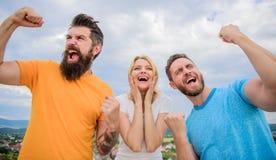 Fortuna incredibile Riuscito gruppo di comportamento Esplosione emozionale Vincitori di trio soddisfatti dei pugni alzati Siamo immagini stock libere da diritti
