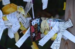 Fortune japonaise indiquant les papiers et l'amulette Image libre de droits