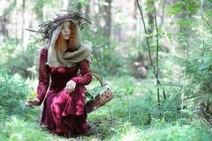 Fortune-teller διευθύνει ένα τελετουργικό στοκ φωτογραφία με δικαίωμα ελεύθερης χρήσης