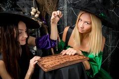 fortune-teller δύο κοριτσιών με μια ανάγνωση πινάκων Στοκ Εικόνα