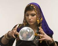 Fortune-teller con la sfera di cristallo Fotografie Stock