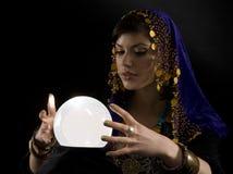 Fortune-teller con la sfera di cristallo Fotografie Stock Libere da Diritti