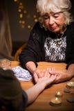 Fortuneteller czytanie somebody palmowy obrazy royalty free