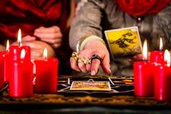 Fortuneteller kłaść Tarot karty z klientem zdjęcia stock