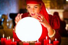 Fortuneteller przy Seance lub sesja z kryształową kulą obraz stock