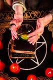 Fortuneteller tijdens Seance met kristallen bol stock afbeeldingen