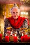 Fortuneteller tijdens Zitting met tarotkaarten Stock Foto's
