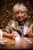 Fortuneteller używa tarot karty zdjęcia stock
