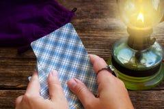 Fortunetelling με τις κάρτες Tarot Στοκ εικόνα με δικαίωμα ελεύθερης χρήσης