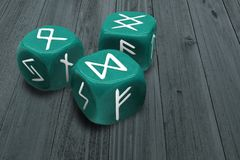 Fortunetelling ou horoscope dressant une carte le concept Trois découpe avec des symboles de signes de runes sur des visages Mili photos libres de droits
