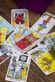 Fortunetelling z Tarot kartami zdjęcia stock