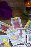 Fortunetelling z Tarot kartami obrazy stock