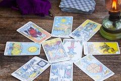 Fortunetelling z Tarot kartami zdjęcie royalty free