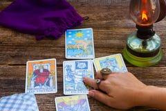 Fortunetelling z Tarot kartami obrazy royalty free