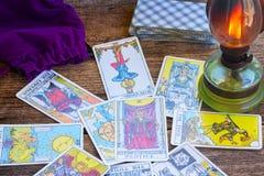 Fortunetelling z Tarot kartami obraz royalty free
