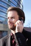 Affärsmannen utanför kontor som talar på en mobil, ringer arkivbilder