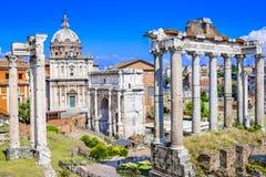 Forum antico con le tempie, le colonne, il senato e lo stre antico Fotografia Stock