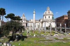 Forum av Trajan med kolonnen för Trajan ` s och Loret kyrktar, Rome, Ita arkivfoto