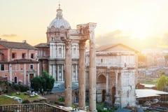 forum Het oriëntatiepunt van Rome Mooie oude vensters in Rome (Italië) royalty-vrije stock afbeelding