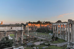Forum Romanum bij Schemer Stock Foto