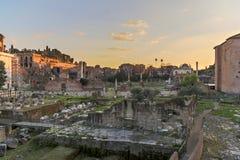 Forum Romanum på skymning Royaltyfri Fotografi