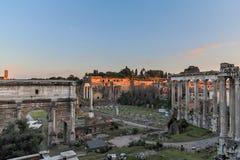 Forum Romanum på skymning Arkivfoto