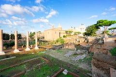Forum - romaren fördärvar i Rome, Italien royaltyfri foto