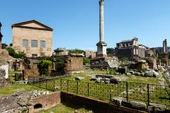 Forum ? Rome avec un fond de ciel bleu image stock