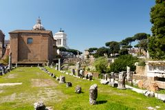 Forum ? Rome avec un fond de ciel bleu image libre de droits