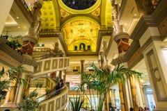Forumet shoppar, sikten av tre golv av shopping på den Caesars vännen Royaltyfri Bild