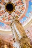 Forumet shoppar statyn av en roman kvinna med frukt Arkivbilder