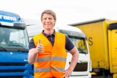 Forwarder of bestuurder voor vrachtwagens in depot stock foto
