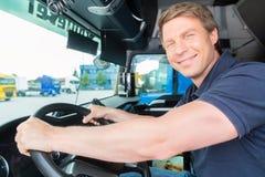 Forwarder eller lastbilsförare i chaufförlock Arkivbilder