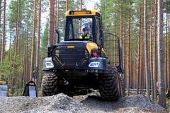 Forwarder van Ponssebuffels Bosbouwvoertuig in het Werkpresentatie royalty-vrije stock foto's