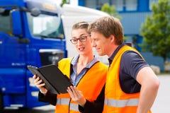 Forwarder voor vrachtwagens op een depot stock afbeeldingen