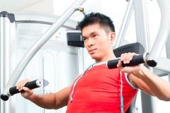 Forza cinese di addestramento dell'uomo nella palestra di forma fisica Fotografia Stock Libera da Diritti