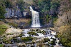 Forza di Thornton, una cascata vicino a Ingleton nelle vallate di Yorkshire immagini stock libere da diritti