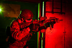 Forze speciali soldato o appaltatore durante la missione di notte Immagini Stock