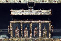 Forziere nero con vecchio del metallo dell'oro forgiato Fotografia Stock