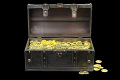 Forziere riempito di monete di oro fotografia stock