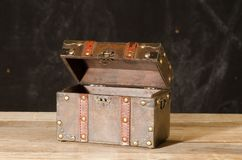 Forziere vuoto fatto di legno immagine stock