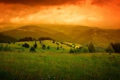 Foschia arancione sopra le montagne Immagine Stock