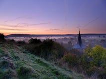 Foschia autunnale di primo mattino sopra il villaggio orientale di Meon con la collina di Butser ed i bassi del sud nei precedent fotografie stock libere da diritti