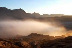 Foschia bianca al piede di Volcano Bromo attiva nelle prime ore del mattino al parco nazionale di Tengger Semeru Immagine Stock