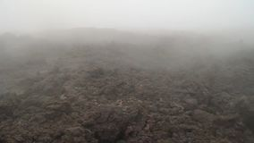 Foschia che abbraccia un giacimento di lava stock footage