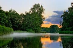 Foschia che copre il lago Fotografia Stock Libera da Diritti