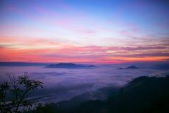 Foschia crepuscolare del paesaggio all'alba di un passaggio di alta montagna alla t Immagine Stock