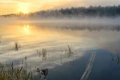 Foschia del sole della nebbia di alba del lago Fotografia Stock Libera da Diritti