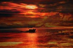 Foschia della barca di tramonto Immagini Stock